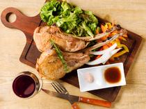 見た目のインパクトも大!氷温熟成肉ならではの旨みが味わえる『トマホークポークチョップ』