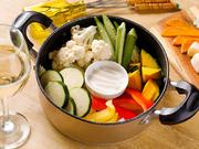 産地直送の季節の新鮮な野菜をたっぷり詰め込んであります。スチームすることで、野菜本来の旨みや甘みが増し、優しい味わいになっています。自家製のバーニャカウダーソースとともにどうぞ。
