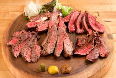 様々な部位のステーキをリーズナブルに食べ比べできる、人気の『ニクビッタ厳選の肉盛り 5種盛』