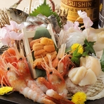 漁港から直送された旬の鮮魚をはじめ、各地から良質な素材を用意。手間暇かけてつくりあげられる華やかな逸品たちが、テーブルを鮮やかに彩ります。