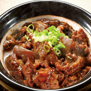 名古屋名物土手煮をどんぶりで味わえる。
