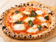 フレッシュモッツアレラ、バジル、トマトソースを使ったイタリアンカラーの王道ピッツァ。500度の石窯で焼く本格ナポリピッツァの中でも看板メニューです。熱いうちに召し上がれ