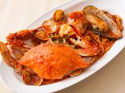 """和食経験もあるシェフならではの目利きで""""その時一番""""の素材を吟味した、新鮮な魚介をふんだんに使用した一品。磯の香りと旨味を最大限に引き出した、風味豊かなソースが絡まったパスタは格別の味わいです。"""