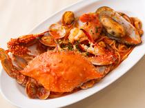 渡り蟹と大きな海老、そして魚介を入れたスペシャリテ『魚介たっぷりペスカトーレ』