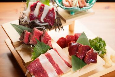 馬肉の美味しさを存分に味わいたいなら『名物! ホースマン階段盛り』