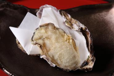 旬魚介の頂点の美味しさにひたれる『厚岸の岩牡蠣の天ぷら』