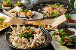 お肉と旬の野菜をたっぷり味わえます。7品ボリュームたっぷりの、《あご出汁で食べるもつ鍋コース》です。