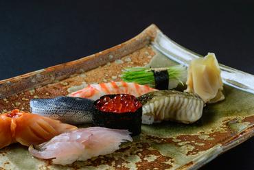 塩味、炭の香りのネタなど新感覚の握りも登場『寿司盛り合わせ』