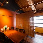 カウンターからテーブル席、半個室空間まで、使い方はあなた次第