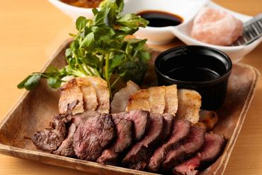 牛肉と豚肉、両方のおいしさが味わえる『TASSOグリル』