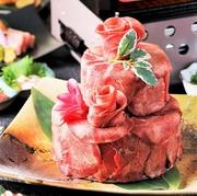 バラのように美しく盛り付けられたお肉と、色鮮やかな野菜が食欲をそそる「肉ケーキ」。お祝いのプレートが添えられた華やかな見た目は、サプライズのお祝いにもピッタリです!