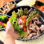 日本でも注目度が上がること間違いなしの『カルメギサル』をアレンジして提供。豚のハラミをキムチにネギ・季節野菜…、そして通常は卵でいただくところチーズにてお召し上がりいただきます。