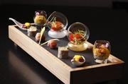 懐石料理の八寸のように、器に盛りつけられた前菜五品からはじまる旬のコース。上質な食の喜びを、お昼から贅沢に楽しんでみませんか。