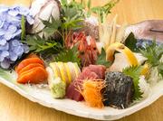 毎朝産地直送で仕入れる新鮮な旬魚のお刺身を贅沢に5種盛りに。日本酒との相性も抜群です。