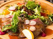 お肉料理にもこだわりあり。厳選した国産牛肉のジューシーな肉汁を、さっぱりとした和風ソースとお召し上がりください。