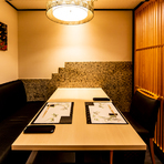 上質なカウンター席に加え、最大6名まで使える個室も完備。靴を脱がずに使えるテーブル席なので、年配の方や海外からのゲストを招いての会食に重宝します。