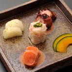 全国各地の地酒が多種類用意されており、四季折々の日本料理とともに堪能できます。季節のお酒など、内容が随時変わるのも楽しみのひとつ。「スタッフまでお気軽にお尋ねください」とのことです。