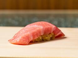 『極上雲丹』の食べ比べ2種類。その日一番の季節の旬を握りと逸品料理を織り交ぜてご提供