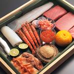 古くから付き合いがあるという独自のルートで取り寄せられる厳選食材。店主が自慢の目利きで選ぶその時期におすすめの鮮魚を、コースの江戸前鮨で堪能できます。