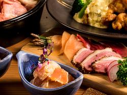 博多風 鶏の水炊き鍋や鶏の燻製など料理8品と、飲み放題付きのスタンダードなご宴会プランです!