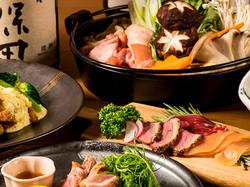 地鶏の水炊き鍋など料理8品と、飲み放題付きのボリューム満点なご宴会プランです!