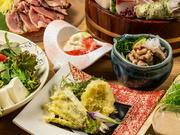 最大3時間飲み放題付きの豪華鮮魚フルコース。全国各地の地酒が楽しめる「地酒飲み放題」へのグレードアップが可能です。旬の鮮魚を使った心づくしの料理と日本酒で、接待や大切な会食の席に最適。
