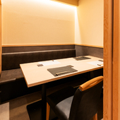接待や会食に。周りに気兼ねなく歓談できる個室を完備