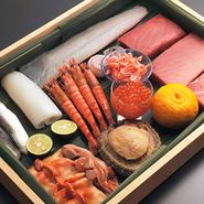 毎日店主自ら市場などに出向き、厳選した魚介類が、鮨をはじめとした繊細な料理に仕立てられます。旬ならではの芳醇な旨味と豊かな風味、脂ののりの良さ。もう少し食べたい方は、追加の単品注文が可能です。