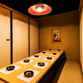 洗練されたモダンな個室で、鶏好き女子のおしゃべり女子会
