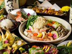 豪華刺身7点盛り、名古屋コーチンの白湯鍋、レンコンはさみ揚げなど含む11品