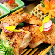大山山麓のきれいな空気と新鮮な地下天然水で育てた「大山どり」は、健康で美味しい鶏として知られています。鳥取県産の銘柄鶏であり、脂乗りのバランスのとれたジューシーで味のある肉質が特徴。ぜひ賞味あれ。