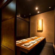 ゆったりとくつろげる完全個室は、モダン溢れる空間。大小の個室で、少人数から団体さままで、さまざまなシーンに対応可能です。扉付き個室席は、周りを気にすることなく盛り上がれること間違いなし!