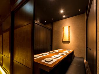 モダン溢れる店内は、ゆったりとくつろげる扉付き完全個室を完備