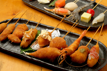 """さまざまな串カツを味わえる『カラッとセット""""彩""""』"""