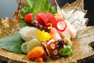 活〆にこだわった上質な鮮魚。目にも美しい『おまかせ造り盛合せ』五種