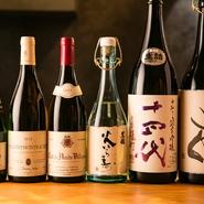 店主が1銘柄ずつ紹介してくれる日本酒は、おすすめに委ねてみるのも◎。会話をしながら、酒の知識も入り、気分よく酔いしれます。運命の美酒に出合えるかもしれません。酒器にもこだわっており、目でも楽しめます。