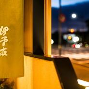 「20代の若い方にも本物の日本料理を体験してほしい」と語る大将。高級料亭の風格を持ちながらも、初めて訪れる人の緊張をほぐず柔らかい空気で迎え入れてくれます。初めての日本料理に選んで間違いなしの一軒です。