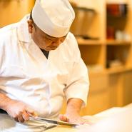 ゲストが心からくつろげる時間を作るため、料理には一切気を抜かないのがポリシー。和食の基本を守って一つひとつ丁寧な仕込みにこだわりあり。器選びにも格別の心を配し、五感で楽しめる創意工夫を感じられます。
