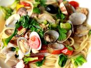 新鮮な野菜をふんだんに使用。オイルベースに白ワインとアサリの出汁を利かせたボンゴレ。アサリの香りと優しい風味が手打ち麺と絶妙に絡み合う絶品です。