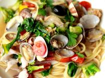 貝の風味と手打ち麺が絡む『お野菜たっぷりアサリのボンゴレビアンコ』
