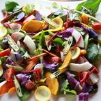 オーナー自らチョイスした季節の野菜。色彩豊かな旬の恵みを、ゲストの下へと届けてくれます。