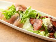 「生ハム」と「焼き生ハム」を乗せた向田氏自慢のサラダ。ドレッシングはかけず、焼くことで塩味を増した生ハムと、オリーブオイルのみで野菜をいただきます。ビールなど、スカッとしたドリンクと相性抜群です。