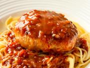 ふっくらと焼きあがったハンバーグに、自家製のハヤシソースをたっぷりと。噛みしめる度に広がる甘みと旨みに食欲が掻き立てられ、あっという間に完食してしまいそう。ランチでもディナーでも味わえる一品です。