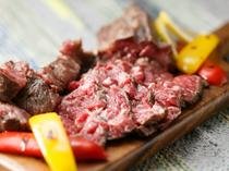 旨みが凝縮した『熟成牛フィレ肉の角切りステーキ』