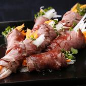 心地よい野菜のシャキシャキ食感と肉の旨味を味わう『ローストビーフサラダ巻』