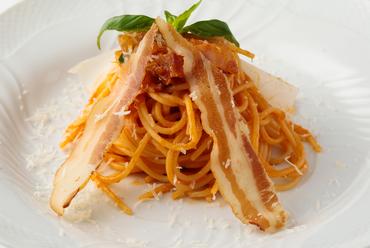 サバティーニ特製、伝統のワゴンサービス。目の前でソースを絡めて仕上げる『スパゲッティ サバティーニ』