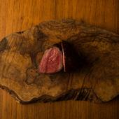 炭火やオーブンは使わず、あえてフライパンひとつで焼き上げるこだわりの『三田和牛のもも肉』