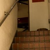 秘密基地に続くような階段を上がると現れる【グルマンディーズ】
