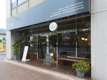 フィットネススタジオが併設されたカジュアルカフェ