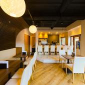 モダンでカジュアル、若い人でも入りやすい空間で上質な寿司を